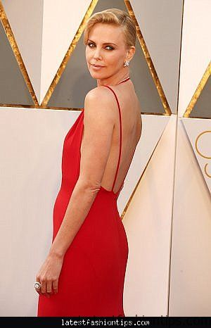 charlize-theron-s-dress-photos-from-2016-oscars-pret-a-reporter